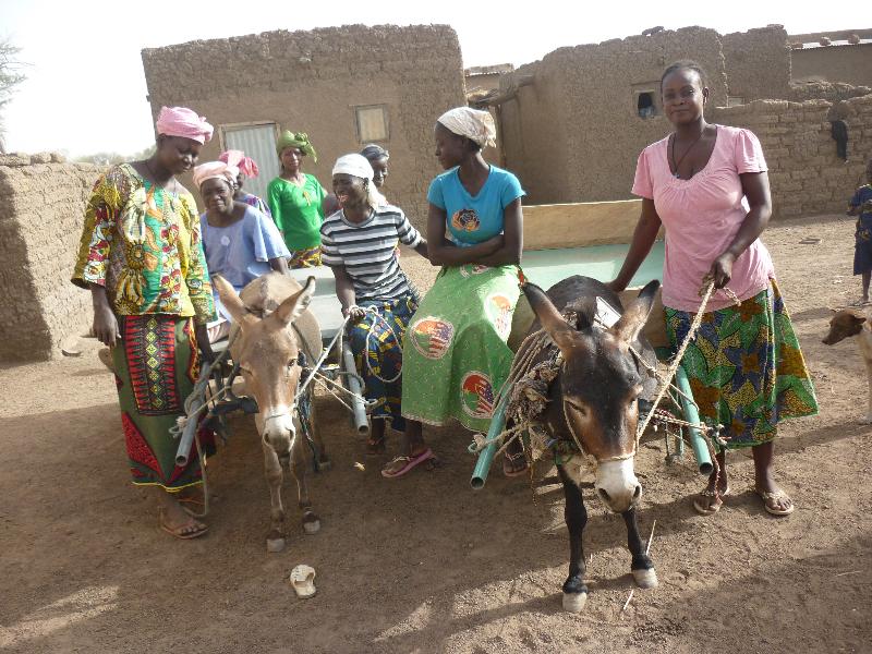 Bassan-les femmes heureuses de recevoir les 2charêttes et 2 ânes
